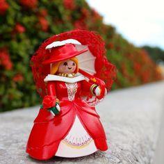 Paseando por los jardines... Con el corazón en flor en una mano y el pensamiento escondido en un beso... #custom #playmobil #playmo
