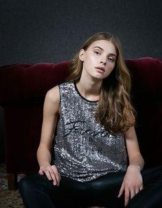 Camiseta lentejuelas manga sisa. Descubre ésta y muchas otras prendas en Bershka con nuevos productos cada semana