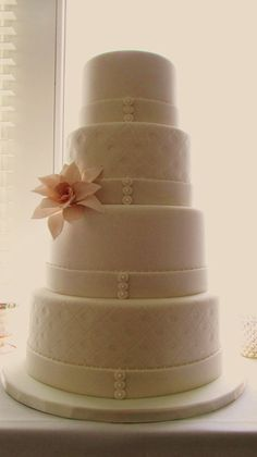 pretty design, not over done from @ http://www.shanniecakes.com/