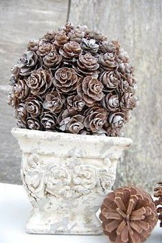 Bol van dennenappels. http://www.somewhatsimple.com/pine-cone-topiary/