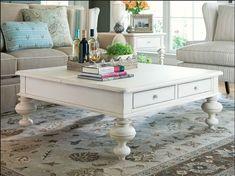 Mesa de centro con cajones y patas torneadas en lacado blanco