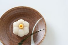"""daffodil"". Japanese Plates, Japanese Food Art, Japanese Dishes, Japanese Candy, Japanese Sweets, Uji Matcha, Japanese Wagashi, Kitchen Witch, Food Crafts"