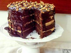 Dias especiais merecem guloseimas à altura. Estas quatro deliciosas camadas de bolo com recheio de amendoim são um desafio para os mais ousados na cozinha