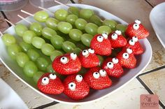 Strawberry and Grape Snakes (A fun healthy snack for children's birthday parties) – shesmile, Do it Yourself Party Finger Foods, Snacks Für Party, Appetizers For Party, Healthy Snacks For Kids, Vegan Snacks, Easy Snacks, Snacks Kids, Safari Party, Health Snacks