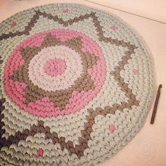 Mi pequeña alfombra kipa :) #tshirtyarn #trapillo #tapestrycrochet #crochet ༺✿ƬⱤღ✿༻
