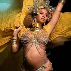 """@Regrann from @justamoda.co -  Eu enxergo referências às religiões de matriz africana mas deve haver muito mais coisa aí.  Beyoncé não apenas """"lacrou"""": ela ajudou a lançar luz para uma diversidade de culturas e belezas que são grandes demais para o """"red carpet"""". Feliz por isso. #ébonita #Regrann"""