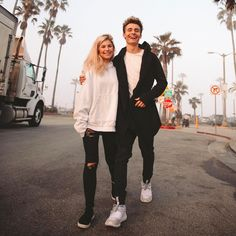 """51.6 mil Me gusta, 373 comentarios - Christian Collins (@weeklychris) en Instagram: """"You and I against the world. So blessed to be with my best friend. She's so weird... and I love it…"""""""