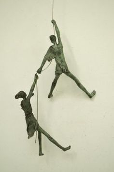I like this sculpture because it conveys the feeling of helping someone - Skulpturen - Kunst Sculpture Metal, Pottery Sculpture, Ceramic Sculpture Figurative, Clay Art, Paper Clay, Wire Crafts, Wire Art, Ceramic Art, Metal Art