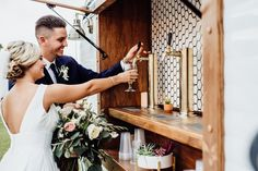 Cheers to these 2020 wedding cocktail trends! Wedding Trends, Wedding Venues, Wedding Cakes, Fresco, Mobile Cocktail Bar, Horse Wedding, Outdoor Wedding Inspiration, Mobile Bar, Wedding Planning Tips