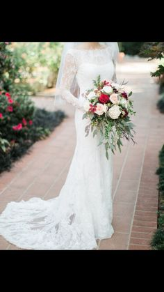 Love the wildness of this bouquet. And this is actually my dress too :)