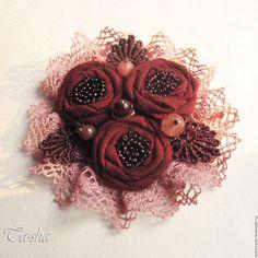 Купить или заказать 'Бордовая роза' брошь цветы в интернет-магазине на Ярмарке Мастеров. Яркая,эффектная брошь выполнена в виде букета из трех цветков. Сшита брошь из батиста темно-бордового цвета, ткань невероятно мягкая и приятная, работать с ней было большим удовольствием. В обрамлении броши хлопковое кружево розово-кремового цвета. Брошь расшита бисером винного цвета, украшена натуральным гранатом, вулканическим кварцем и халцедоном.