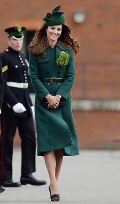 時事ドットコム:キャサリン妃のファッション      「聖パトリックの日」の3月17日、英アルダーショットで近衛連隊アイリッシュガーズのパレードに出席するキャサリン妃。アイルランドの守護聖人を記念する同祝日のシンボルカラーである緑で全身をコーディネートした(2014年03月17日) 【EPA=時事】