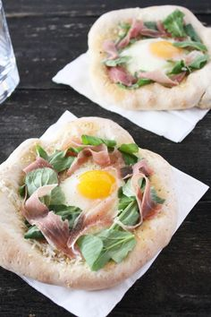 Prosciutto and Arugula Pizza with Sunny Side Up Egg | Cake 'n' Knife