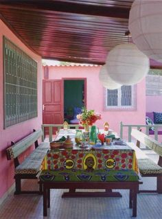 Déco wax : le tissu africain colore la maison - Clem Around The Corner Baby Furniture Sets, Furniture Direct, Cheap Furniture, Outdoor Furniture, Furniture Upholstery, African Interior, African Home Decor, Restaurant Bon, Restaurant Tables