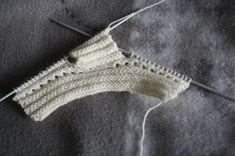 Busy Bessy Creatief: In the mood of . Knitted Booties, Baby Booties, Brei Baby, Crochet Bikini, Knit Crochet, Baby Pop, Aviator Hat, Baby Knitting Patterns, Free Pattern