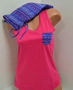 Дамска пижама изработена от памук. Горната част е потник с широка презрамка в цикламен цвят. Панталоните са къси, с връзка и ластик на талията в синьо. Това е пижамата с която ще спите добре в топлите дни.