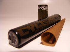 Para los amantes del buen tabaco,Clycones nos trae sus blunts de tabaco similares a puros de 10,50 cm con forma cónica para llenar . Una unidad de blunt con boquilla y empujador en una funda de plástico duro.  Sabor: TABACO Precio: 1,00 €.