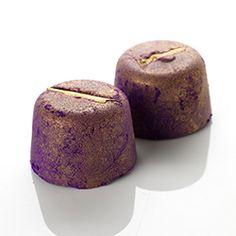 """Phoenix Badekomet- Wie der Phönix aus der Asche erhebt sich dieser Badekomet aus deinem Badewasser. Erst sinkt er zu Boden, dann steigt er triumphierend an die Oberfläche und entlässt seine magisches, glitzerndes violett-grünes """"Federkleid"""" ins Wasser."""