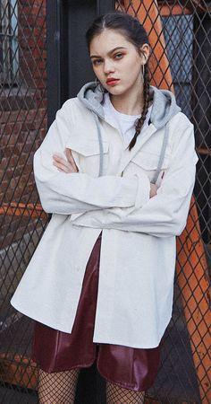 셔츠+후드의 일체형. 레이어드룩의 정석을 보여주는 제품. 오버사이즈 핏이므로 커플로 연출해도 좋습니다.