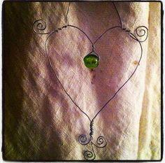 Hjärta med grön pärla via Majas Marknad. Click on the image to see more!