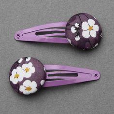 Duo de barrettes pour enfants en tissu Liberty Mitsi violet, comme un bijou dans les cheveux des petites filles. Un accessoire pratique et joli. Longueur totale : 5,5 cm. Diamètre du bouton : 2,5 cm. http://www.lilooka.com/dehors/barrettes-filles-en-tissu/duo-de-barrettes-filles-liberty-mitsi-violet.html