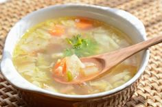 The traditional recipe for cabbage soup like our grandmothers! Healthy Beans, Healthy Soup Recipes, Detox Recipes, Vegetable Recipes, Crockpot Recipes, Tzatziki, Slow Cooker Chicken Healthy, Fat Burning Soup, Zucchini Puffer