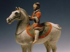 Cavaliere corazzato e con faretra su cavallo bianco terracotta grigia, ingobbio, pigmenti stesi a freddo 28,4 x 28,3 x 11,8 cm. Cina, Shaanxi Han Occidentali, II secolo a.C. Proprietà Compagnia di San Paolo