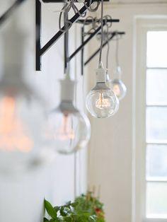 Samenwonen: licht voorkomt een donkere man cave | IKEA IKEAnl IKEAnederland inspiratie wooninspiratie interieur wooninterieur NITTIO led lamp lampen sfeerverlichting verlichting zilverkleur licht