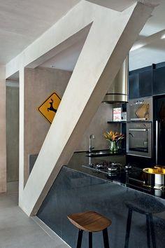 Cozinha | A mão francesa estrutural tornou-se a estrela da obra no apartamento, à frente da bancada de granito São Gabriel (Foto: Denilson Machado/MCA Estúdio)