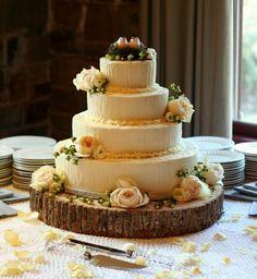 gâteau de mariage champêtre chic décoré de roses et oiseaux