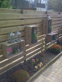 Decorate your exterior with wooden boxes . 20 very insightful ideas Decorate your exterior with wooden boxes … I want it! 20 very insightful ideas, # exterior Front Gardens, Outdoor Gardens, Homemade Garden Decorations, Diy Decoration, Old Wooden Boxes, Wooden Crates, Wine Crates, Diy Fence, Fence Ideas