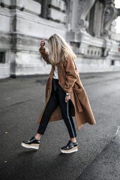 Look con flatforms negros skinny jeans leggings negros abrigo café
