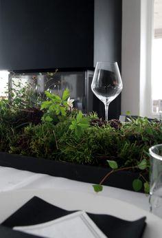 BORDDEKKING KONFIRMASJON Endelig var dagen kommet! Lørdag feiret vi yngstemann sin konfirmasjon her hjemme :-) 30 stk. rundt bordet, hjemmelaget tapas, og et skikkelig sunnmørsk kakebord ;-) Vi rigget hele 10 meter med bord i stuen for å få plass til familie og venner…, jammen... White Wine, Red Wine, Event Room, 21st Party, Centerpieces, Table Decorations, Garden Spaces, Black Decor, Mellow Yellow