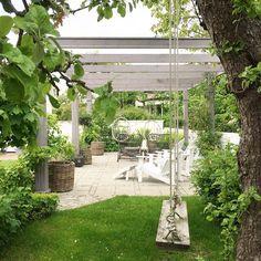 Sol och värme önskas... Pergolan ekar tom och öde! Nu håller vi tummarna att juni blir varm och go! ☀️☀️☀️ #lillavillavita #inredning #pergola
