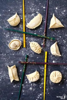 Ten ways to fold dumplings (Ultimate Dumpling Guide part – Red House Spice An easy-to-fellow video tutorial on dumpling folding methods. 10 patterns covering all levels of skill. Extra tips to make your attempts to fold dumplings fail-proof. Homemade Dumplings, Dumpling Recipe, Dim Sum, Chinese Dumplings, Steamed Dumplings, Steamed Buns, Frozen Dumplings, Dumpling Wrappers, Asian Cooking