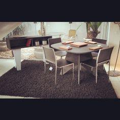 Sala de jantar com Aparador Margot, Mesa Quadra, Cadeiras Slim e Utilidades em madeira maciça fazendo da Finger Móveis Planejados de Canoas/RS uma solução ainda melhor para os ambientes da sua casa!