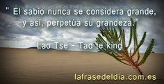 """Frases sábias de Lao Tse """"El sabio nunca se considera grande, y así, perpetúa su…"""