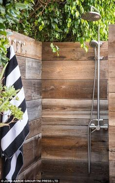 Modern Houses 42514 We visit the house of actress Lena Headey, star of the Throne of Iron. The outdoor shower is both pretty and practical. Outdoor Pool Shower, Outdoor Baths, Outdoor Bathrooms, Indoor Outdoor, Modern Bathrooms, Outside Showers, Open Showers, Nature Living, Outdoor Spaces