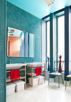 without the small pops of red, this turquoise bathroom would have felt very unbalanced