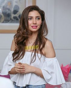 Dare to go bare this summer at least on your shoulders? We love this look, what do you think? Pakistani Models, Pakistani Girl, Mahira Khan Wedding, Pakistani Actress Mahira Khan, Mahira Khan Dresses, Maira Khan, Feroz Khan, Pakistan Wedding, Muslim Beauty