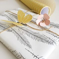 Find souvenir wrap, gift luggage, gift key terms, frills and everything it's important to keep almost everything organized Creative Gift Wrapping, Creative Gifts, Wrapping Ideas, Pretty Packaging, Gift Packaging, Packaging Design, Chocolate Wrapping, Gift Wraping, Christmas Gift Wrapping