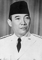 Dit was de leider van Indonesië, Soekarno. Hij was de eerste president van Indonesië. In 1927 richtte hij de republiek Indonesië op.