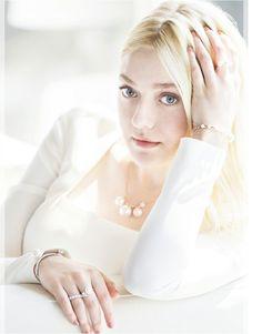 Dakota Fanning está toda diva, fina e elegante em novos outtakes da campanha da marca J. Estina, na qual ela posou ao lado da irmã, Elle. As imagens estão lindas, vejam só: