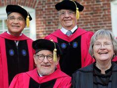 O ex-presidente Fernando Henrique Cardoso (no alto, à direita) e o cineasta Steven Spielberg (abaixo, à esquerda) receberam título honoris causa da Universidade Harvard nesta quarta-feira (26) (Foto: REUTERS/Brian Snyder)