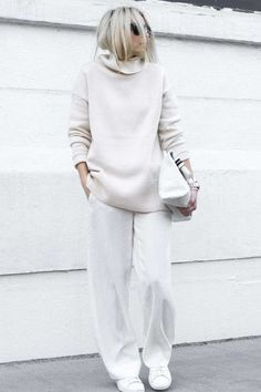 Chic Style - all white outfit with casual sweater & pants - Street Style Outfits Minimalist Outfit, Minimalist Fashion, Mode Outfits, Casual Outfits, Fashion Outfits, Sneakers Fashion, Woman Outfits, Ladies Fashion, Fashion Clothes