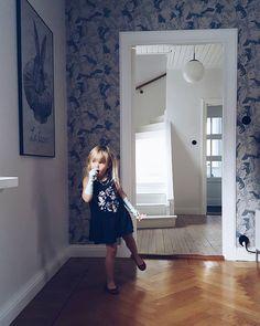 WEBSTA @ grynwalds_places - Lördag morgon. Verkar bli en perfekt dag för familjemys i soffan, varm choklad och en promenad till Skogskyrkogården framåt när det mörknar... Önskar er en lugn och fin Allhelgona ♡♡♡ #dancingcranes #wallpaper #lelapin #20talshus #herringbonefloor #gamlahus #enskededalen #byggnadsvård #familylivingfint #boligindretning #boliginspo #scandinavianhomestyle #skandinaviskehjem #homedecor