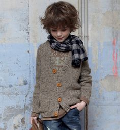Modèle gilet col V garçon. other very cool outfit for a young boy.. the clothes are getting b etter and better for kids. Designer of course.. but why not?!
