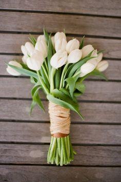 Un bouquet di avvolto in color e rafia. White tulip wedding bouquet, with ribbon and Tulip Bouquet Wedding, White Tulip Bouquet, White Tulips, Wedding Flowers, Purple Tulips, Yellow Roses, Bridal Bouquets, White Flowers, Flowers Bunch
