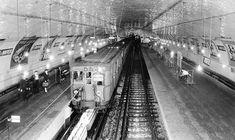Une rame de la ligne 9 du métro de Paris, France, à la station Porte de Montreuil, dans les années 30 (via http://fr.wikipedia.org/wiki/Fichier:Metro_de_Paris_-_Ligne_9_-_Porte_de_Montreuil.jpg)