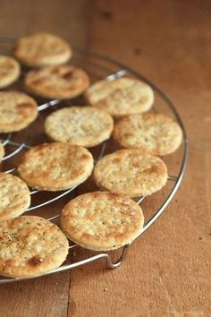Crackers with fleur de sel for a drink or just for the pleasure of nibbling – the yum - Kinds Of Snacks 2020 Breakfast Buffet, Breakfast For Dinner, Brunch Recipes, Breakfast Recipes, Tapas, Party Sweets, Galletas Cookies, Party Buffet, Vegan Kitchen